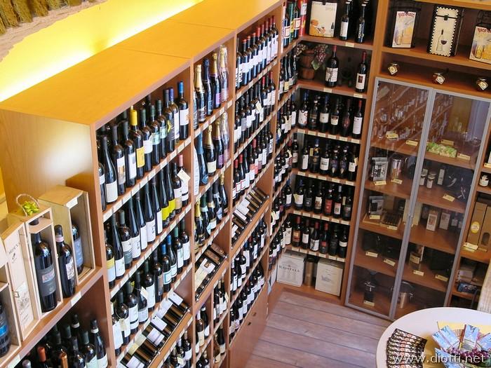 Un'immagine dell'alto degli scaffali con ripiani rinforzati per portare l'elevato peso delle molte bottiglie.