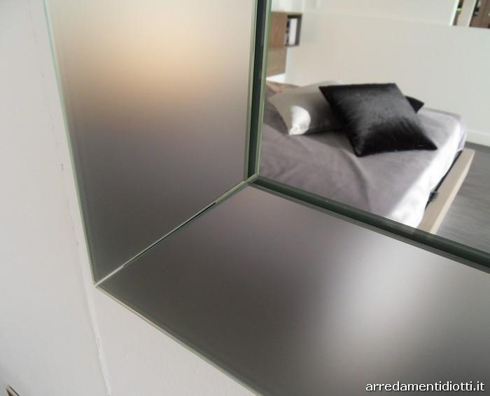 Specchio caratterizzato dalla particolare cornice specchiata in cristallo che gli conferisce ...