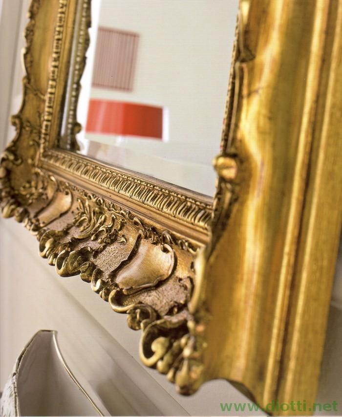 Un dettaglio ravvicinato della raffinata decorazione della specchiera 6083