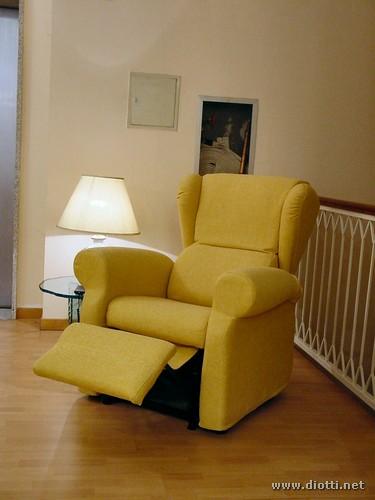 La poltrona relax Bergere, reclinabile motorizzata, in posizione intermedia, con schienale e pediera parzialmente alzati/abbassati.