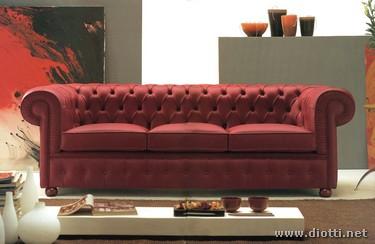 I divani Chester con la lavorazione capitonnè della pelle sono ormai dei classici dell'arredamento: questo 3 posti rosso ne esprime al meglio i valori estetici e di artigianalità.