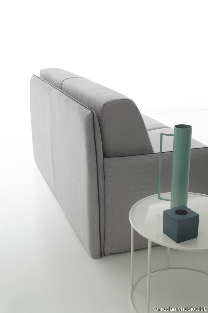 Divano letto con sottili braccioli che definiscono un design salvaspazio - AMADEUS - DIOTTI A&F ...