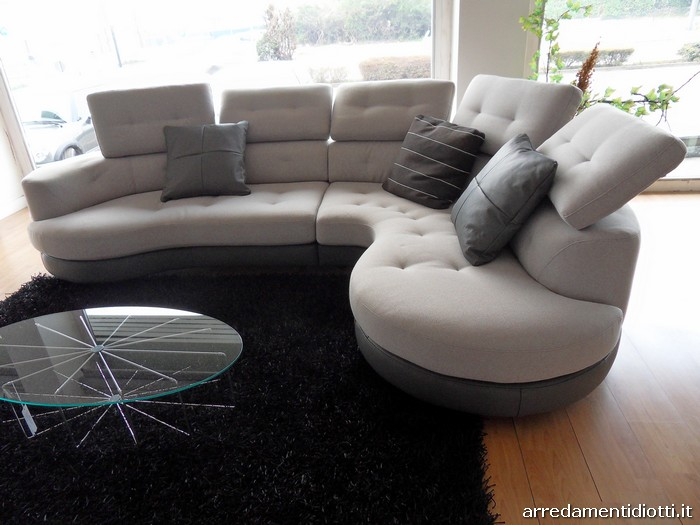 Divano angolare curvo idee per il design della casa for Divano letto in pelle prezzi