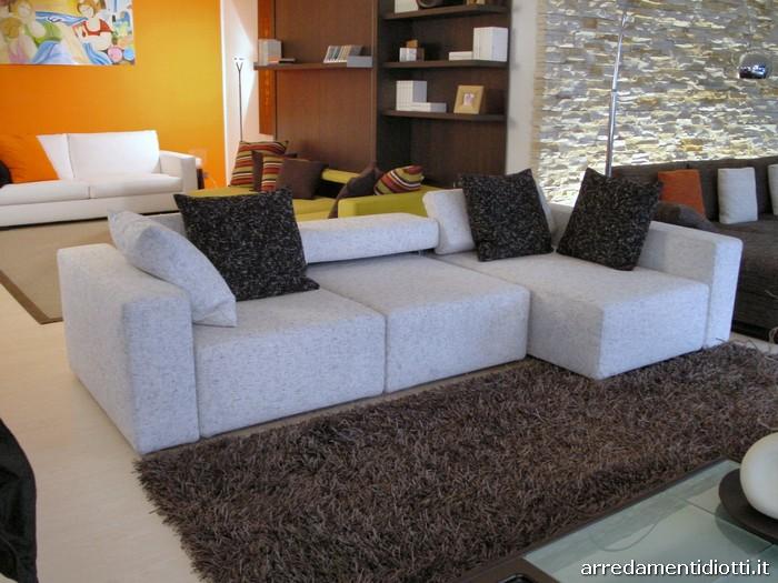 Divano grigio chiaro idee per il design della casa for Divani con penisola economici