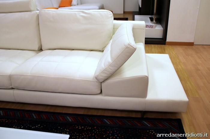 Divano Bianco Moderno: Ampio luminoso soggiorno con camino ...