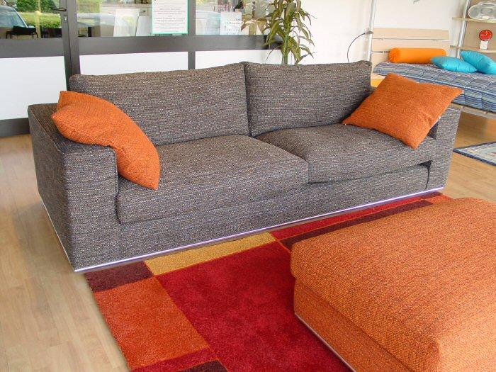 Divani legno e tessuto idee per il design della casa - Divano tessuto damascato ...