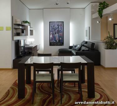 Soggiorno day con scrivania e tavolo con sedie diotti a for Tavolo con sedie soggiorno
