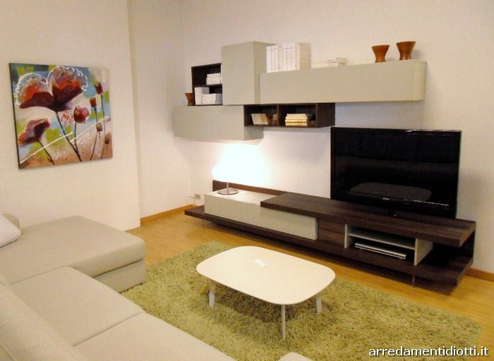 Composizione soggiorno caratterizzata dalla base attrezzata porta ...