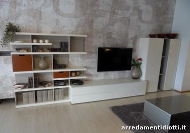 Composizione soggiorno con mensole dal disegno asimmetrico e box ...