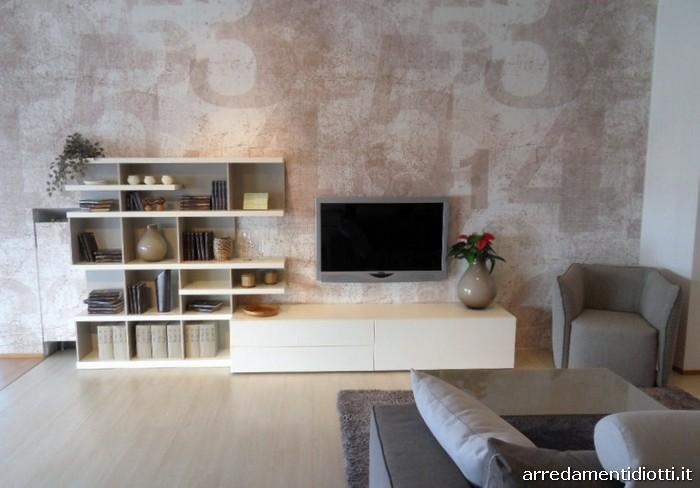 Composizione soggiorno con mensole dal disegno asimmetrico ...