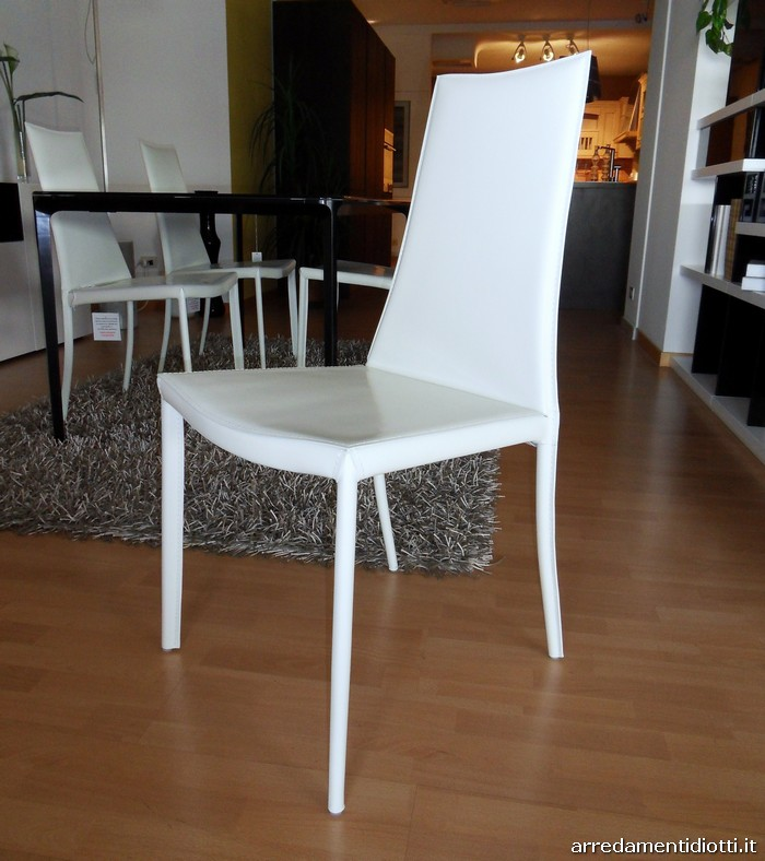 Assortimento di sedie imbottite diverse tra loro for Sedie in pelle bianca