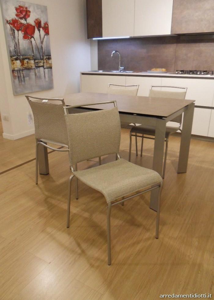 Tavolo allungabile dalle molteplici finiture e dalle gambe for Sedie struttura acciaio satinato