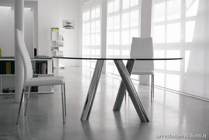 Sedia caratterizzata da una struttura in acciaio a vista con una seduta compl...