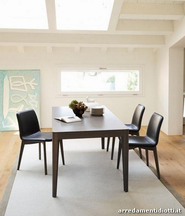 Tavolo e sedia in abbinamento tra loro dato dalla finitura e dalle ...