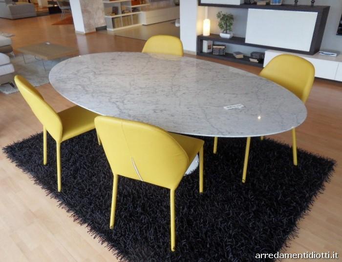 Il tavolo comunica un eleganza che dura nel tempo in abbinamento