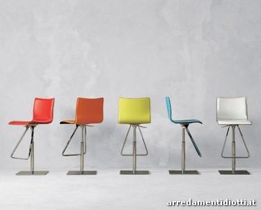 Elegante sgabello caratterizzato dalla seduta girevole for Toto arredamenti