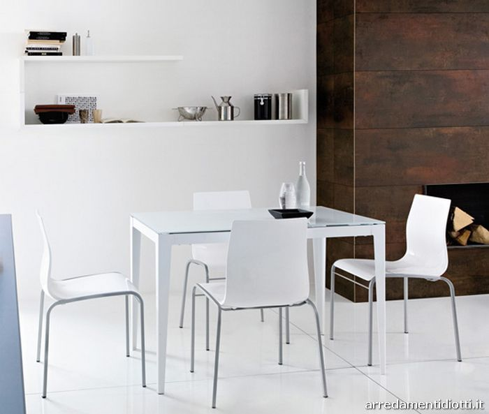 Tavolo dal design sottile trasmette leggerezza adatto a for Consolle allungabile laccata bianca